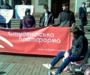 Студенти кажуть, що платити 2 гривні за проїзд у метро - не прикольно!