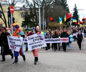 У Луцьку відбувся сатиричний карнавал з вимогою відставки Табачника