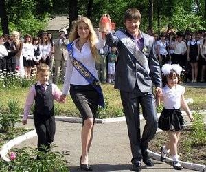 """Сьогодні в українських школах відбулися свята """"Останнього дзвоника"""""""