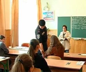 У Івано-Франківську дітей обшукували під час тесту (відео)