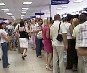 Молоді українці не можуть отримати закордонний паспорт та виїхати на навчання