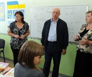 Харківські учителі запевнили Азарова, що зарплата їм виплачується вчасно
