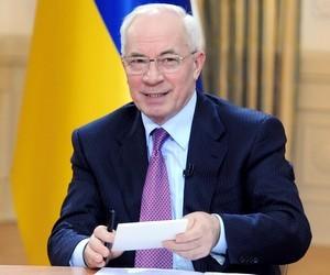 Азаров запевнив, що зменшення зарплат не планує