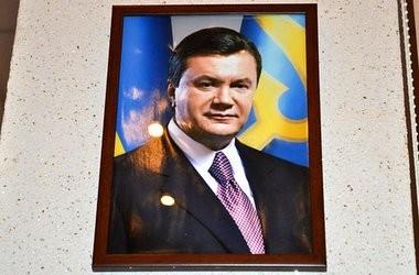 Вчителям треба вішати портрети Януковича