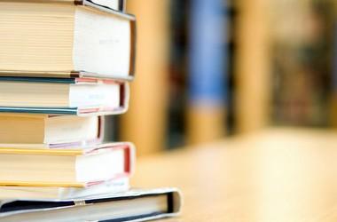 У МОН кажуть, що не забороняють книги у школах