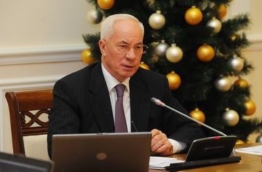 Азаров обіцяє освітянам покращення у новому році
