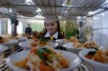 КМУ скасував безкоштовне харчування учнів