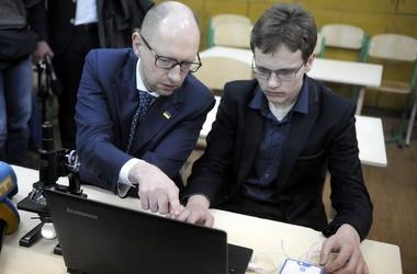 Яценюк каже про 100 опорних шкіл вже цього року