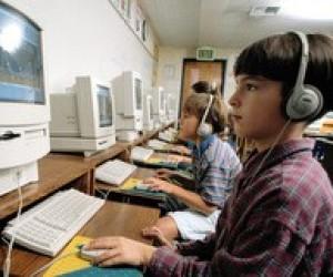 Учні в комп'ютерізованому класі