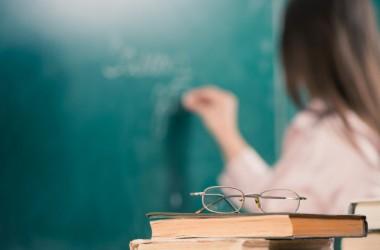 МОН: зарплату вчителям підняли, іншим - у вересні