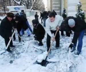 Студентів відправлять прибирати сніг