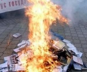 Адміністрація Януковича засудила спалення в Криму підручників з історії України