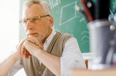 З усіма учителями-пенсіонерами розірвуть безстрокові договори