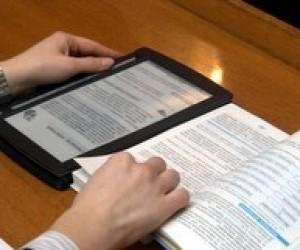 Віктору Януковичу подарували електронний підручник